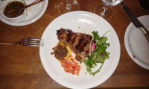 Köttbit med obligatorisk chimichurri och salsa.