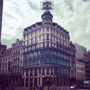 Arkitektonisk utflykt på Place Rogier (mitt emot denna praktbyggnad är det just nu en byggarbetsplats).