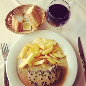 Traditionells spis. Konjaksflamberad biff i grönpepparsås.