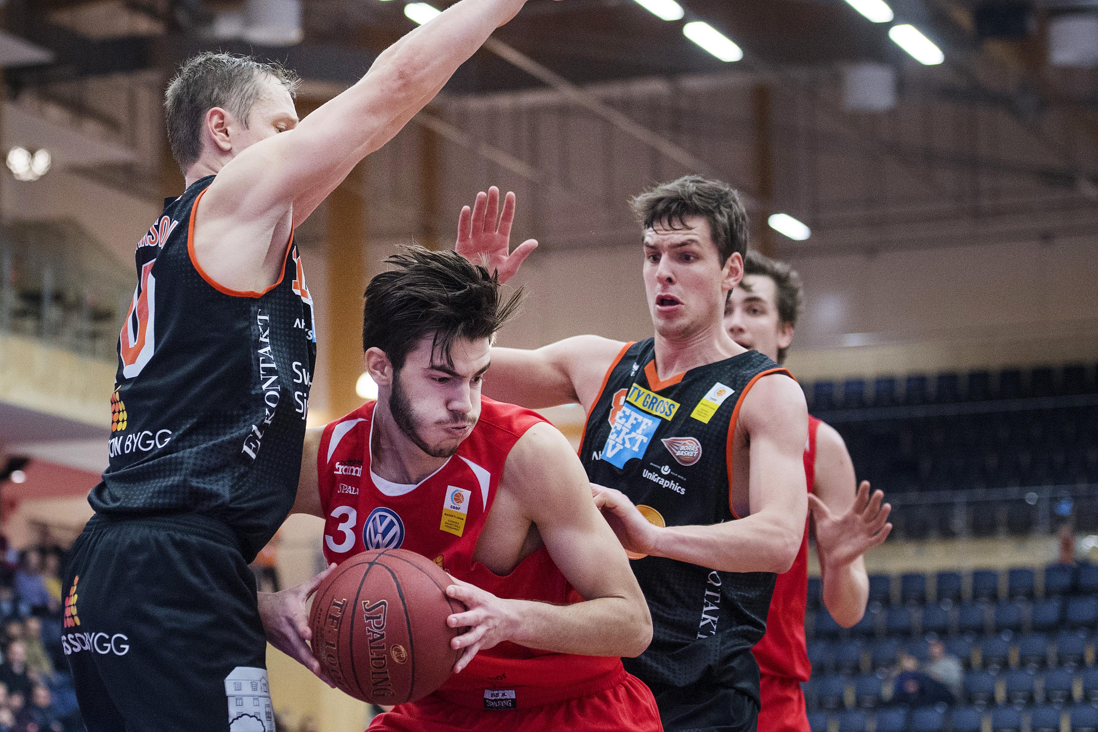 161220 Uppsalas Anes Zekovic med bollen under basketmatchen i Basketligan mellan Uppsala och BorŒs den 20 december 2016 i Uppsala. Foto: Johanna Lundberg / BILDBYRN / 135755