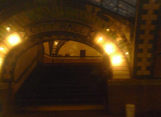 För att skymta stationen ska du håll utkik på höger sida av tåget. Det är en kort perrong så det gäller att vara med.