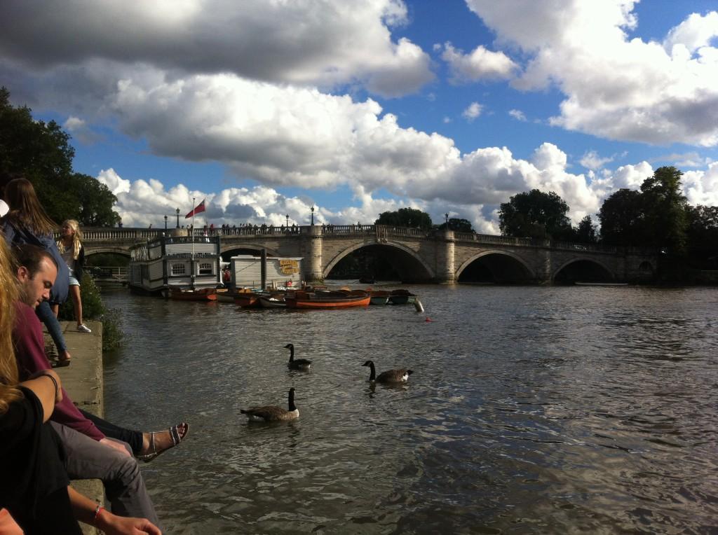 Soliga dagar samlas folk kring floden i Richmond.
