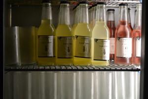 Små färdigblandade flaskor med hemmagjorda etiketter - och spännande ingredienser.