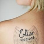 Elise har fått sin plats på mamma Ullis skuldra.