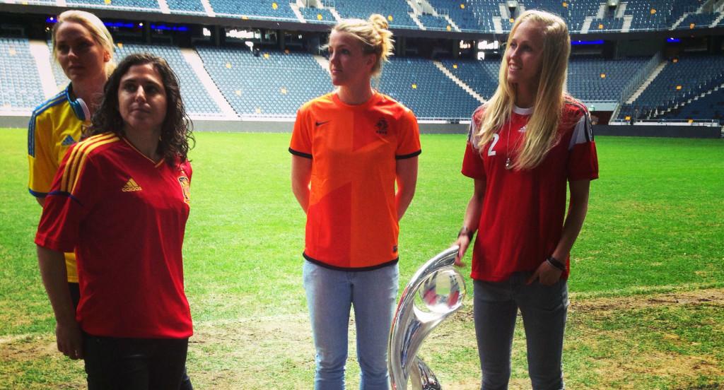 Kirsten van de Ven, i Hollands landslagströja, med före detta lagkamrater.