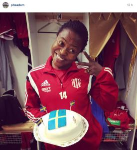 Faith Ikidi firar medborgarskapet med tårta. Bild: Instagram.