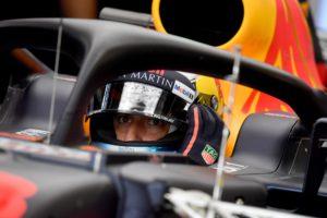 Red Bull's Australian driver Daniel Ricciardo waits in his car during the first practise session ahead of the Formula One Azerbaijan Grand Prix in Baku on April 27, 2018. / AFP PHOTO / ANDREJ ISAKOVIC