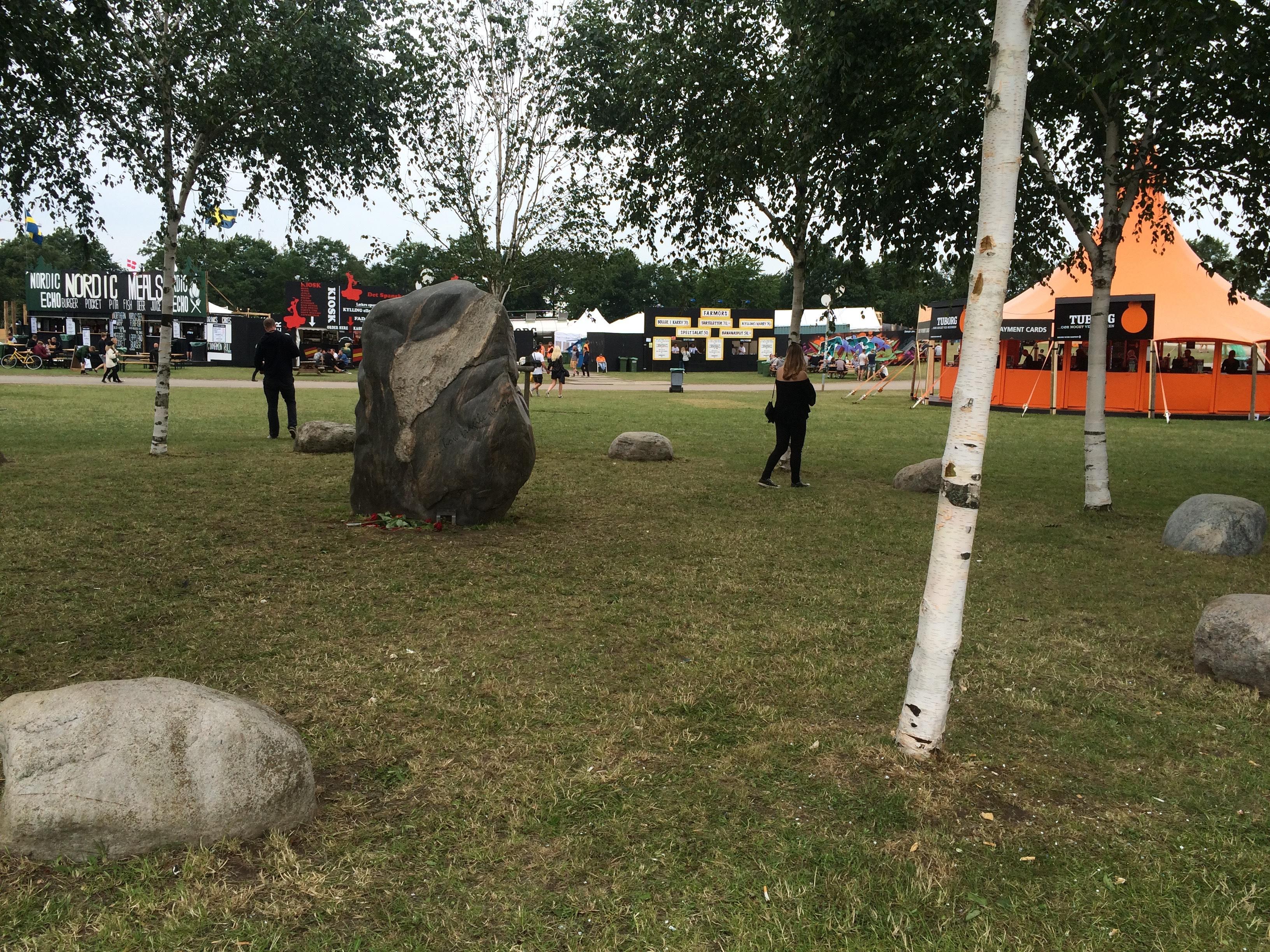 Sen det traditionella besöket vid minnesstenen (och björkarna) till minne av dem som dog framför Pearl Jam-konserten år 2000.