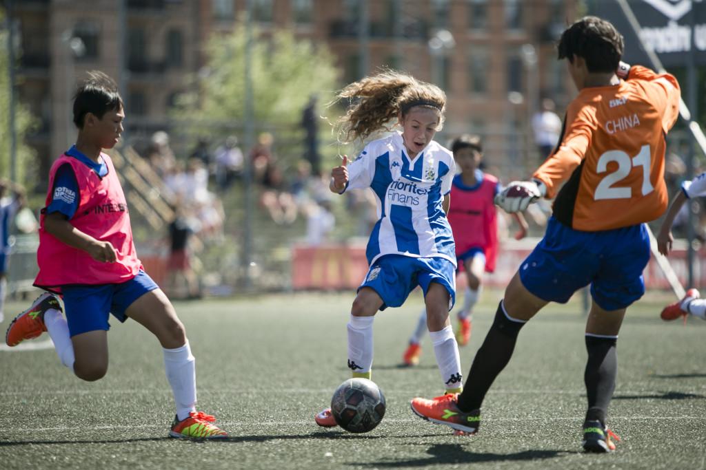 IFK Göteborgs Stella Buer Levy går mot mål. Foto: Anders Deros
