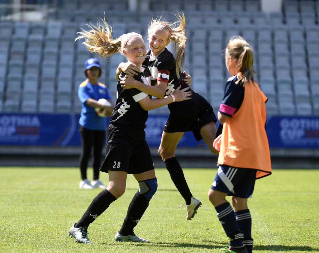 Segerjubel. Josefine Andersson (t.v.) och Ellen Wangerheim (t.h), som blev utsedd till finalens mest värdefulla spelare firar finalsegern mot KFV Segeberg. Foto: Tommy Holl.