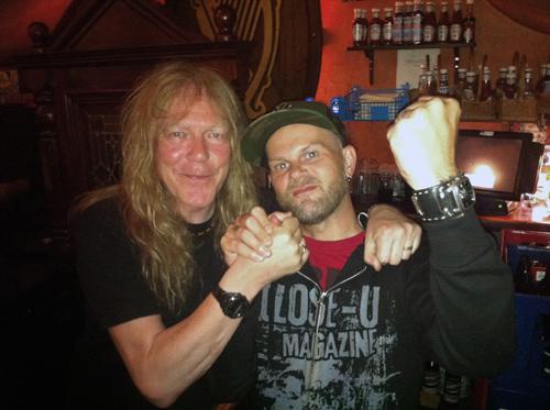 En metalgigant och en skribent möts i göteborgsnatten. Foto: Christoffer Röstlund Jonsson