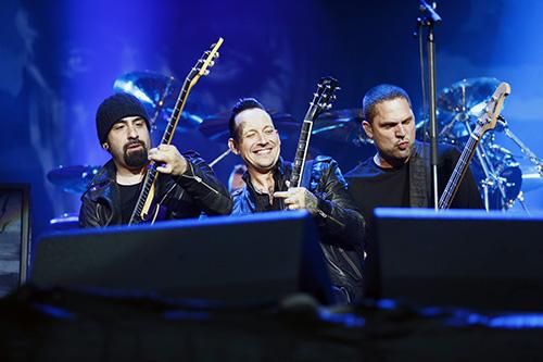 Rob Caggiano, Michael Poulsen och Anders Kjølholm i fin trioformation. Foto: Stefan Jerrevång
