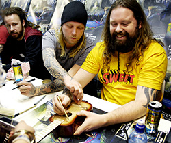 """Tidigare – bärsen inom räckhåll. Här signerar Anders Fridén, Jesper Strömblad och Peter Iwers skivor i samband med releasen av """"A sense of purpose"""" 2008. Foto: CAROLINA BYRMO"""