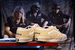 Det senaste inslaget i Motörheads produktlinje: ett par sneakers i samarbete med Vans. Dock kommer dessa att säljas i svart då de når butik senare i höst. Foto: Thomas Johansson