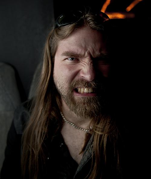 Basisten fyrar av sitt hårdaste metalgrin för fotografen. Foto: Johan Söderlund