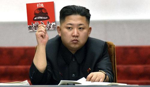 Kim Jong-Il presenterar veckans beordrade lyssning för medborgarna.