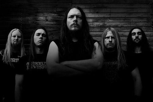 Albumaktuella Avestatruppen står upp för mörkret.