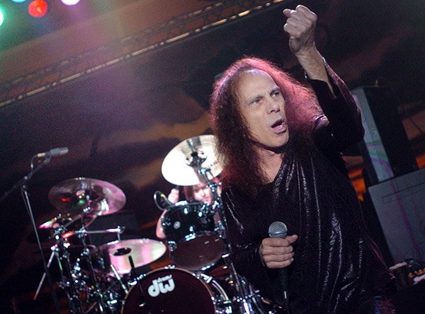 Ronnie James Dio på scen i Göteborg i december 2005. Foto: Anders Wejrot