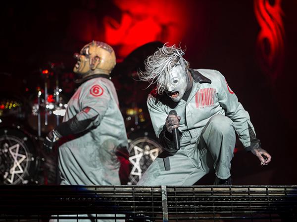 """Shawn """"Clown"""" Crahan och Corey Taylor på scen under gruppens senaste konsert i Sverige, på Metaltown i Göteborg förra året."""