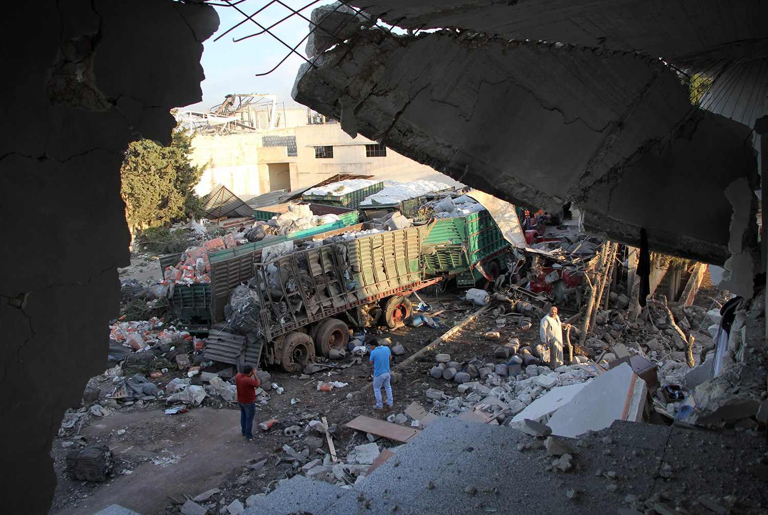 Aid is seen strewn across the floor in the town of Orum al-Kubra on the western outskirts of the northern Syrian city of Aleppo on September 20, 2016, the morning after a convoy delivering aid was hit by a deadly air strike. The UN said at least 18 trucks in the 31-vehicle convoy were destroyed en route to deliver humanitarian assistance to the hard-to-reach town. / AFP PHOTO / Omar haj kadour / TT / kod 444