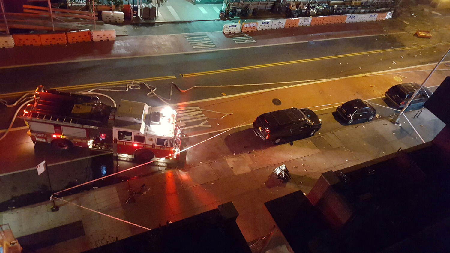 NEW YORK 2016-09-18 Fire rescue crews block off the street near the scene of an explosion in the Chelsea neighbourhood of New York, U.S. in this September 17, 2016 handout photo obtained via Twitter. Neha Jain via Twitter/Handout via REUTERS ATTENTION EDITORS - THIS IMAGE WAS PROVIDED BY A THIRD PARTY. FOR EDITORIAL USE ONLY. NO RESALES. NO ARCHIVES TPX IMAGES OF THE DAY Photo: / REUTERS / TT / kod 72000