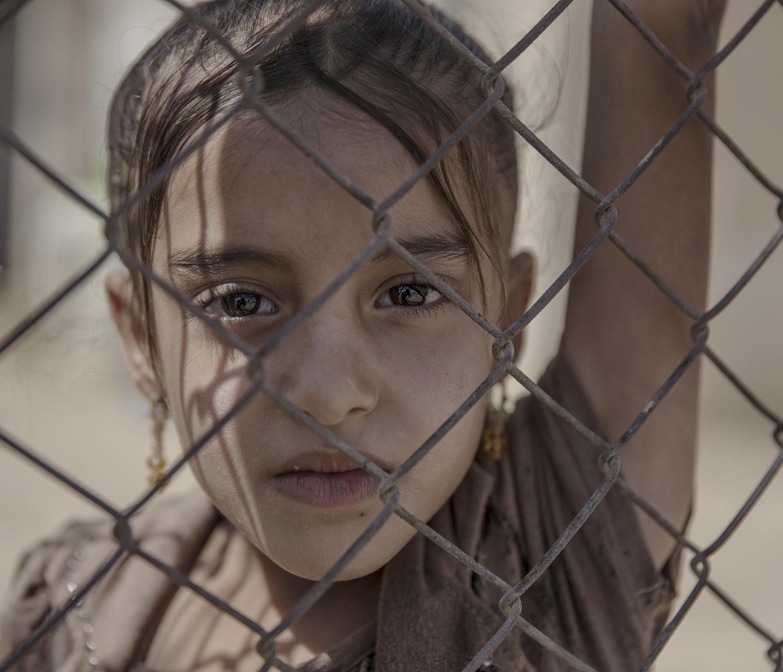 Irak. Debaga flyktingläger ligger utanför Mosul och Erbil i norra Irak. Hit kommer mest internflyktingar som flyr kriget och IS terror. Lägret är redan överfullt och snart väntar många fler flyktingar när den irakiska armen tillsammans mer Kurdiska Persmerga väntas slå till mot det starka IS-fästet Mosul.