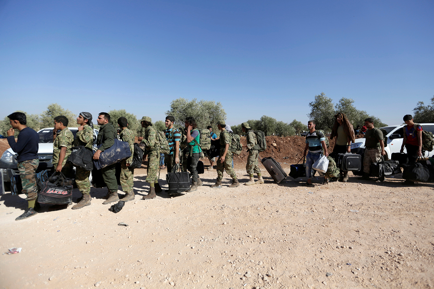 ALEPPO 2016-09-26 Free Syrian army fighters queue as they head towards their positions in the northern rural area of Aleppo, Syria, September 26, 2016. REUTERS/Khalil Ashawi Photo: / REUTERS / TT / kod 72000