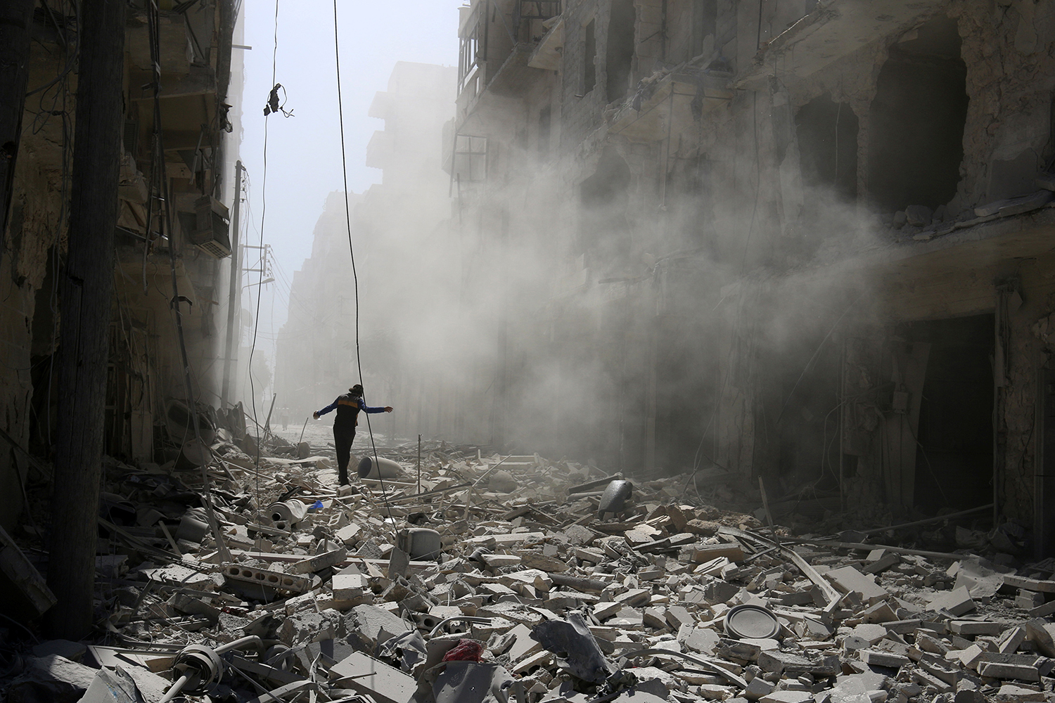ALEPPO 2016-09-25 A man walks on the rubble of damaged buildings after an airstrike on the rebel held al-Qaterji neighbourhood of Aleppo, Syria September 25, 2016. REUTERS/Abdalrhman Ismail TPX IMAGES OF THE DAY Photo: / REUTERS / TT / kod 72000