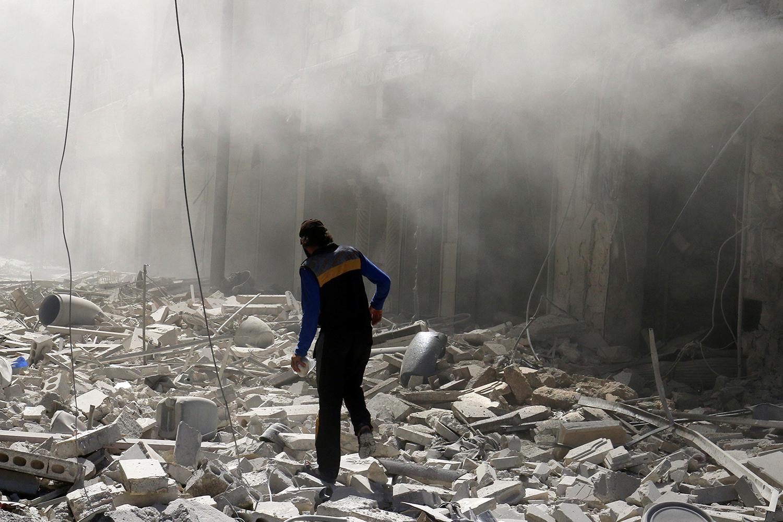 ALEPPO 2016-09-25 A man walks on the rubble of damaged buildings after an airstrike on the rebel held al-Qaterji neighbourhood of Aleppo, Syria September 25, 2016. REUTERS/Abdalrhman Ismail Photo: / REUTERS / TT / kod 72000