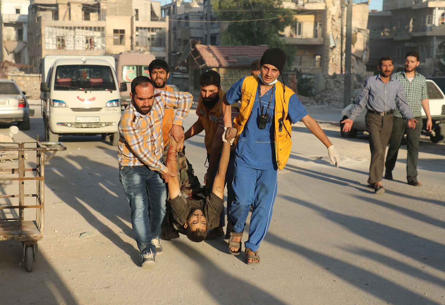 EDITORS NOTE: Graphic content / Syrian rescue workers and residents carry the body of a victim following a reported air strike in the rebel-held Salaheddin district of Aleppo on September 25, 2016. The UN Security Council met for urgent talks as Syrian and Russian warplanes pounded rebel-held east Aleppo in the worst surge of bombing to hit the devastated city in years. Britain, France and the United States called the emergency meeting to turn up pressure on Russia and press demands that it rein in its ally Syria to halt the intense bombing campaign on Aleppo. / AFP PHOTO / AMEER ALHALBI / TT / kod 444