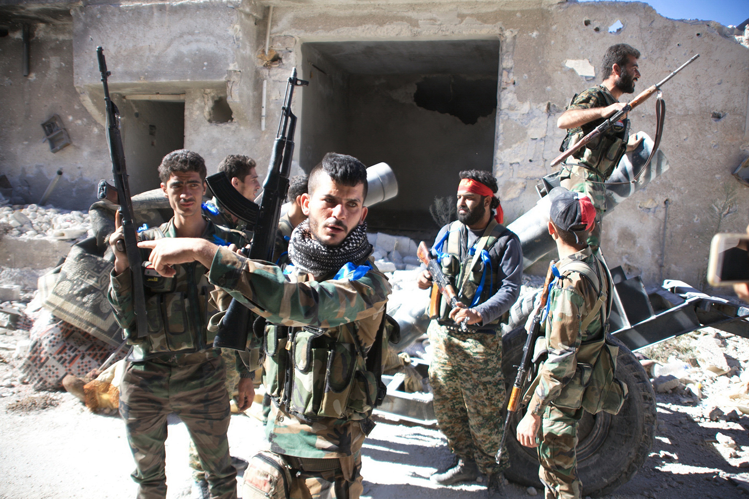 TOPSHOT - Syrian government forces gather in the largely deserted Palestinian refugee camp of Handarat, north of Aleppo, on September 24, 2016 after they captured the area following multiple Russian air strikes. Syrian regime forces had been fighting to take the camp for months because it is on high ground that overlooks the rebel-held east of the embattled city of Aleppo. / AFP PHOTO / GEORGE OURFALIAN / TT / kod 444