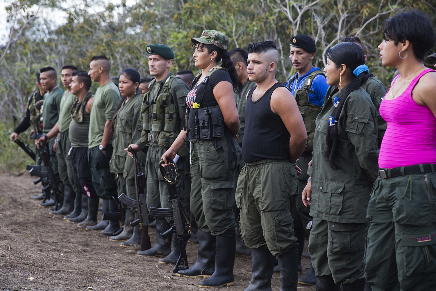 ap foto : ricardo mazalan : rebels of the revolutionary armed forces of colombia, farc, stand on formation at their camp next to the site where is the group is holding it's 10th conference in the yari plains, colombia, saturday, sept. 17, 2016. farc leaders and delegates are gathering to debate and vote on the accord reached last month with the colombian government to end five decades of war. (ap photo/ricardo mazalan) colombia rebel congres automatarkiverad