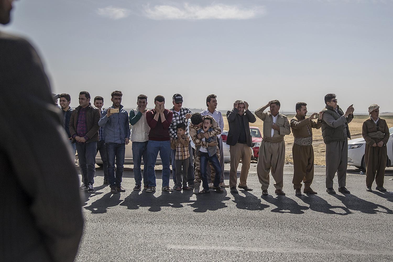 foto : magnus wennman : dramatiska scener när fem peshmerga soldater som blev dödade av en ied under torsdagens strider mot is utanför mosul, körs med ambulans från sjukhuset i dohuk till deras hemby khaleifan. en av de döda soldaternas söner lefaw och shalew bryter ihop när ambulansen passerar dem med en bild på deras pappa monterad på bilens front. på begravningen deltar tusentals människor i den lilla byn som hittills förlorat nästan 300 soldater i kriget mot is.