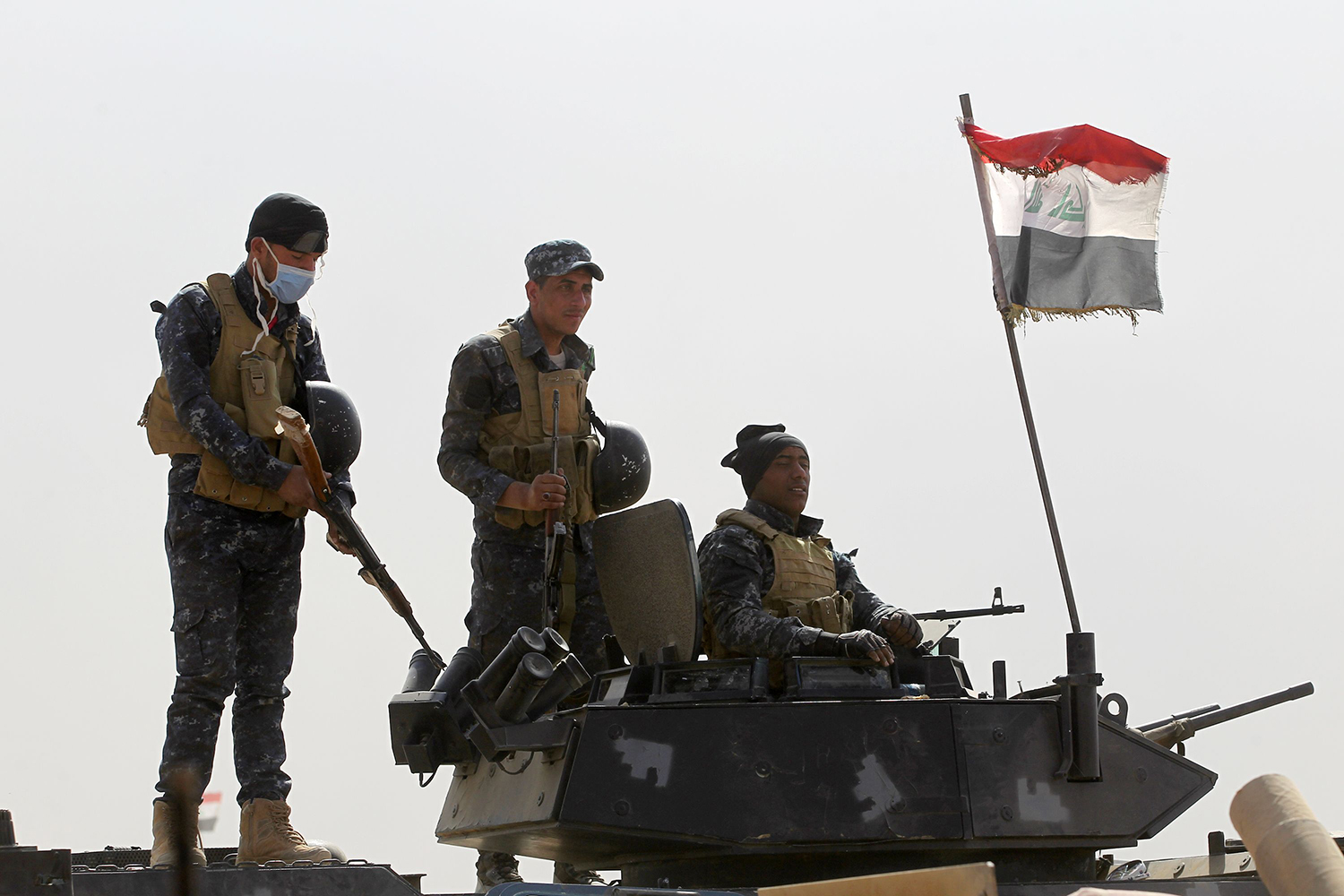 Iraqi forces hold a position on October 17, 2016 in the area of al-Shurah, some 45 kms south of Mosul, as they advance towards the city to retake it from the Islamic State (IS) group jihadists. Some 30,000 federal forces are leading the offensive, backed by air and ground support from a 60-nation US-led coalition, in what is expected to be a long and difficult assault on IS's last major Iraqi stronghold. / AFP PHOTO / AHMAD AL-RUBAYE / TT / kod 444