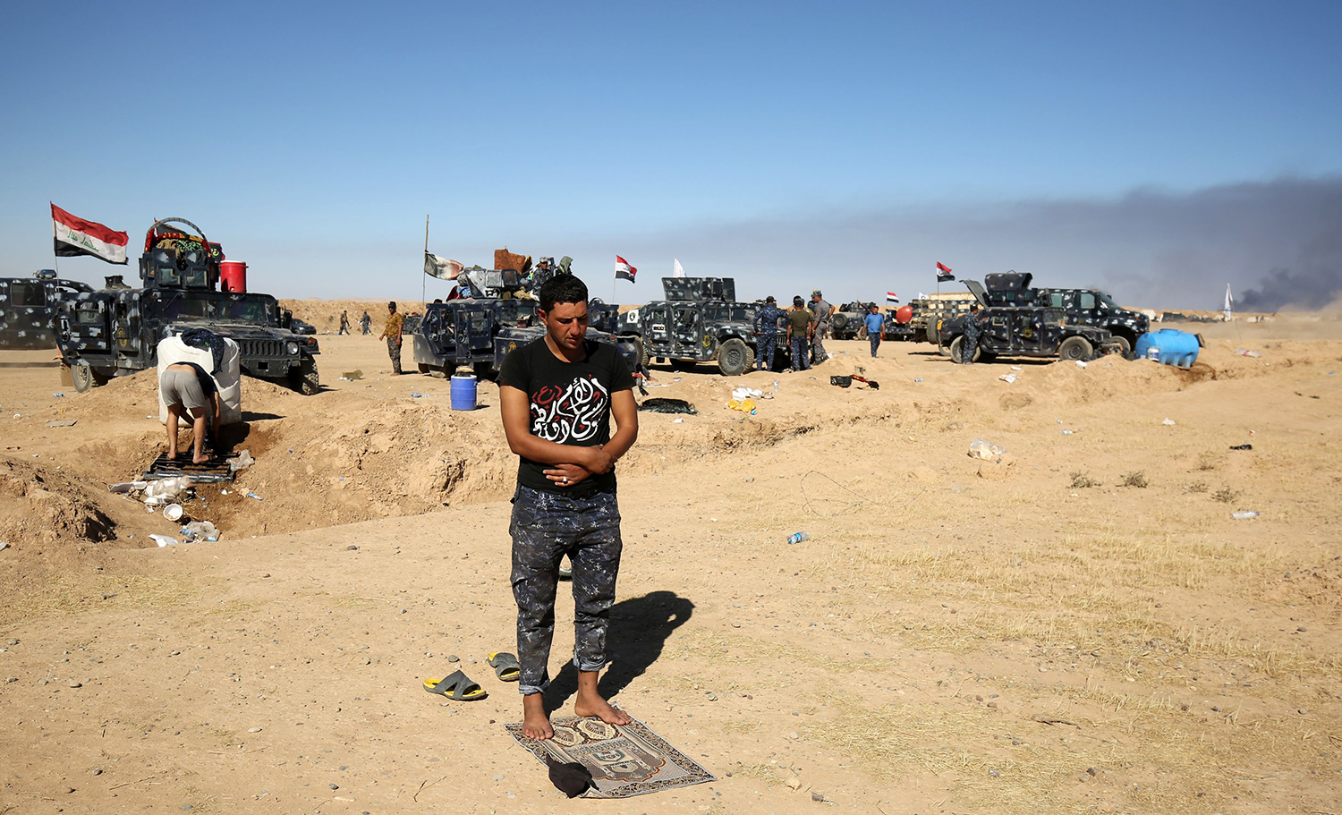 A Sunni Iraqi policeman prays at the Qayyarah military base, about 60 kilometres (35 miles) south of Mosul, on October 16, 2016, as they prepare for an offensive to retake Mosul, the last IS-held city in the country, after regaining much of the territory the jihadists seized in 2014 and 2015. / AFP PHOTO / AHMAD AL-RUBAYE / TT / kod 444