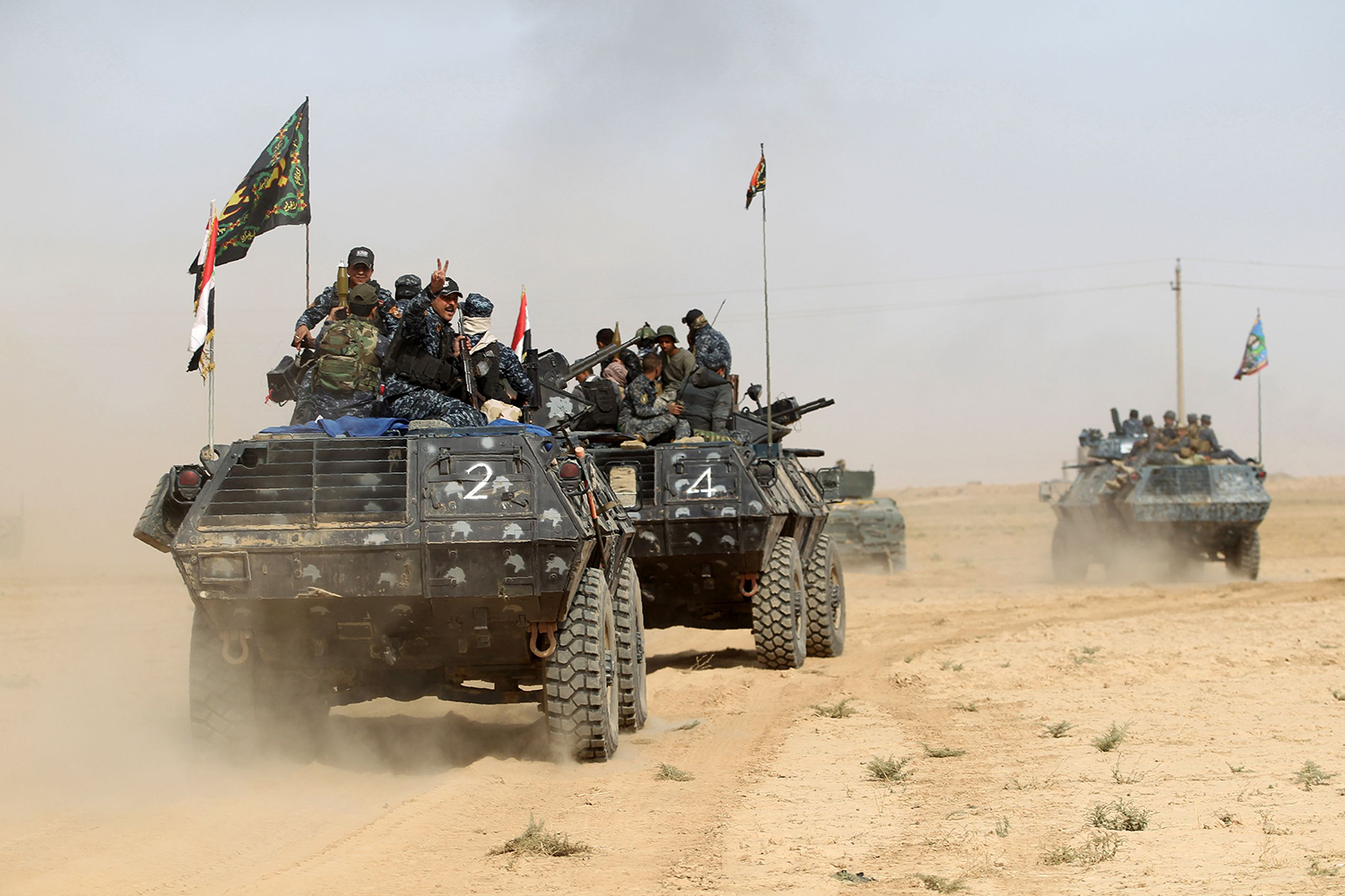 Iraqi forces deploy on October 17, 2016 in the area of al-Shurah, some 45 kms south of Mosul, as they advance towards the city to retake it from the Islamic State (IS) group jihadists. Some 30,000 federal forces are leading the offensive, backed by air and ground support from a 60-nation US-led coalition, in what is expected to be a long and difficult assault on IS's last major Iraqi stronghold. / AFP PHOTO / AHMAD AL-RUBAYE / TT / kod 444