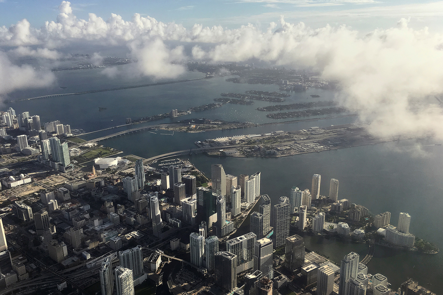 MIAMI 2016-10-05 Downtown Miami is pictured in this aerial photo as clouds begin to form in advance of Hurricane Matthew in Miami, Florida, U.S. October 5, 2016. REUTERS/Carlo Allegri TPX IMAGES OF THE DAY Photo: / REUTERS / TT / kod 72000