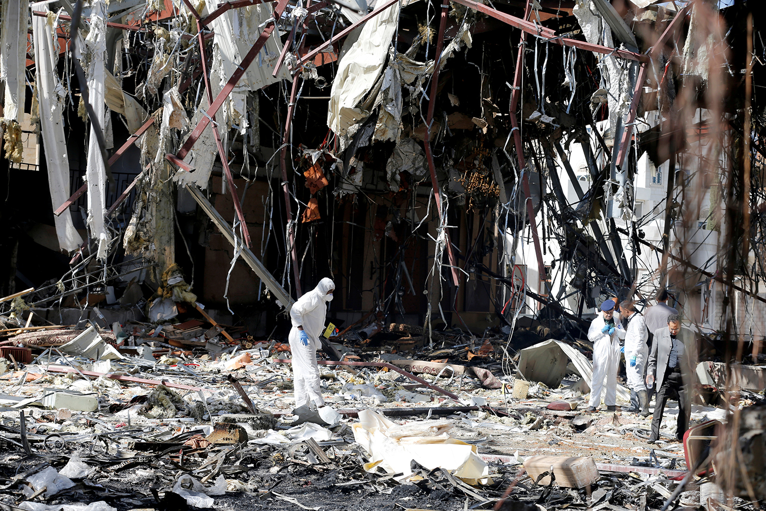 SANAA 2016-10-09 Forensic experts investigate the scene at the community hall where Saudi-led warplanes struck a funeral in Sanaa, the capital of Yemen, October 9, 2016. REUTERS/Khaled Abdullah Photo: / REUTERS / TT / kod 72000