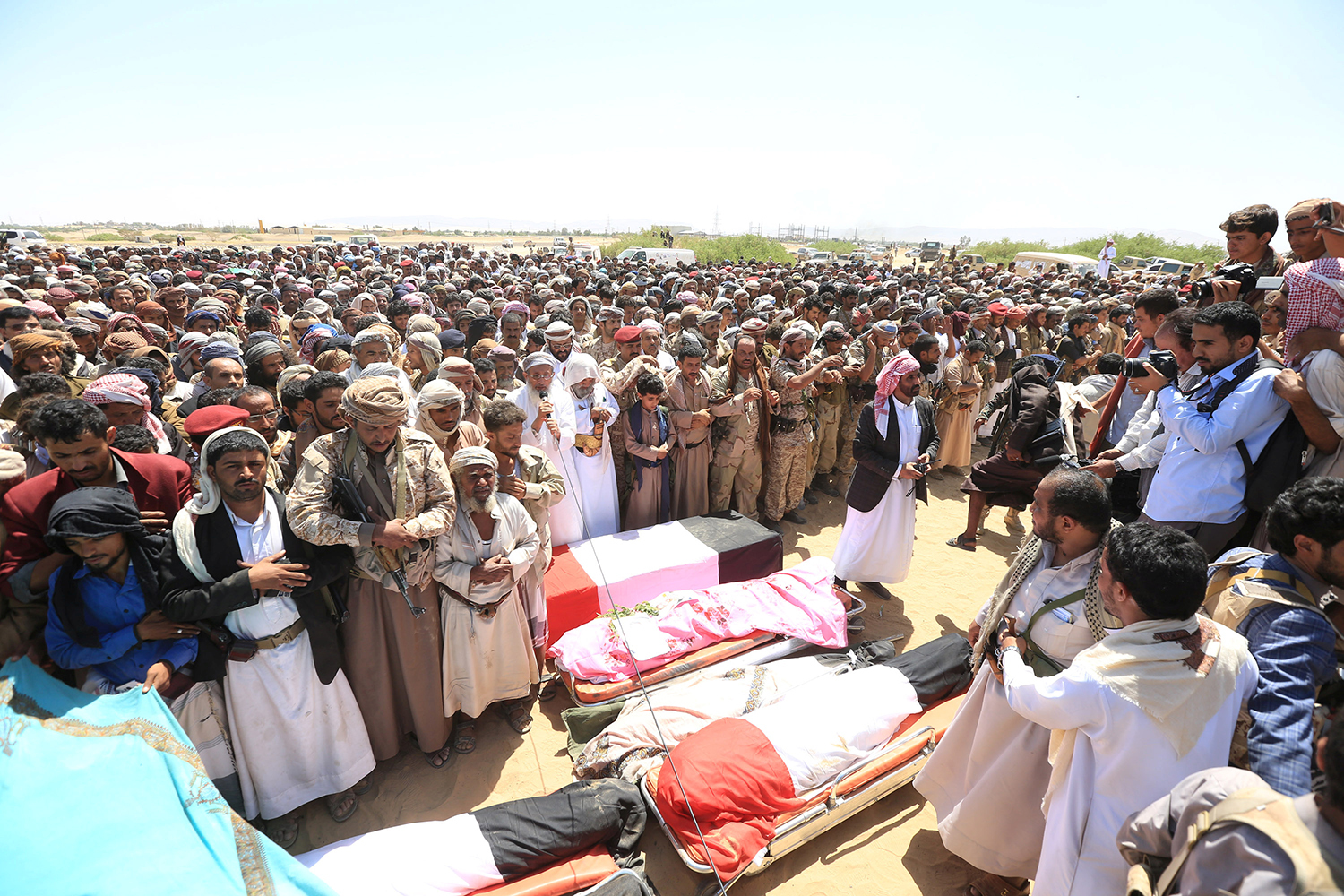 MARIB 2016-10-09 Mourners perform prayers during the funeral of army officers, including Major-General Abdel-Rab al-Shadadi, a top general in forces loyal to Yemeni President Abd-Rabbu Mansour Hadi's government killed in fighting with Iran-aligned Houthi troops, Yemen October 9, 2016. REUTERS/Ali Owidha Photo: / REUTERS / TT / kod 72000