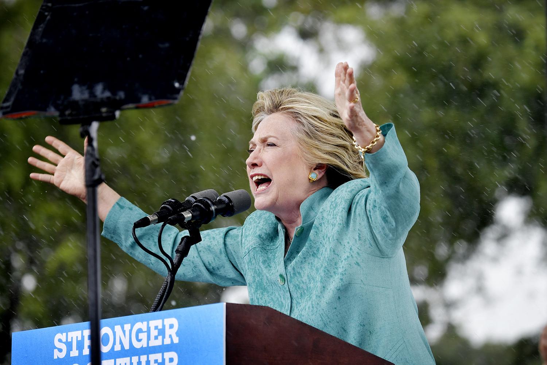 foto : andbar : hillary clinton håller tal i regnet i florida
