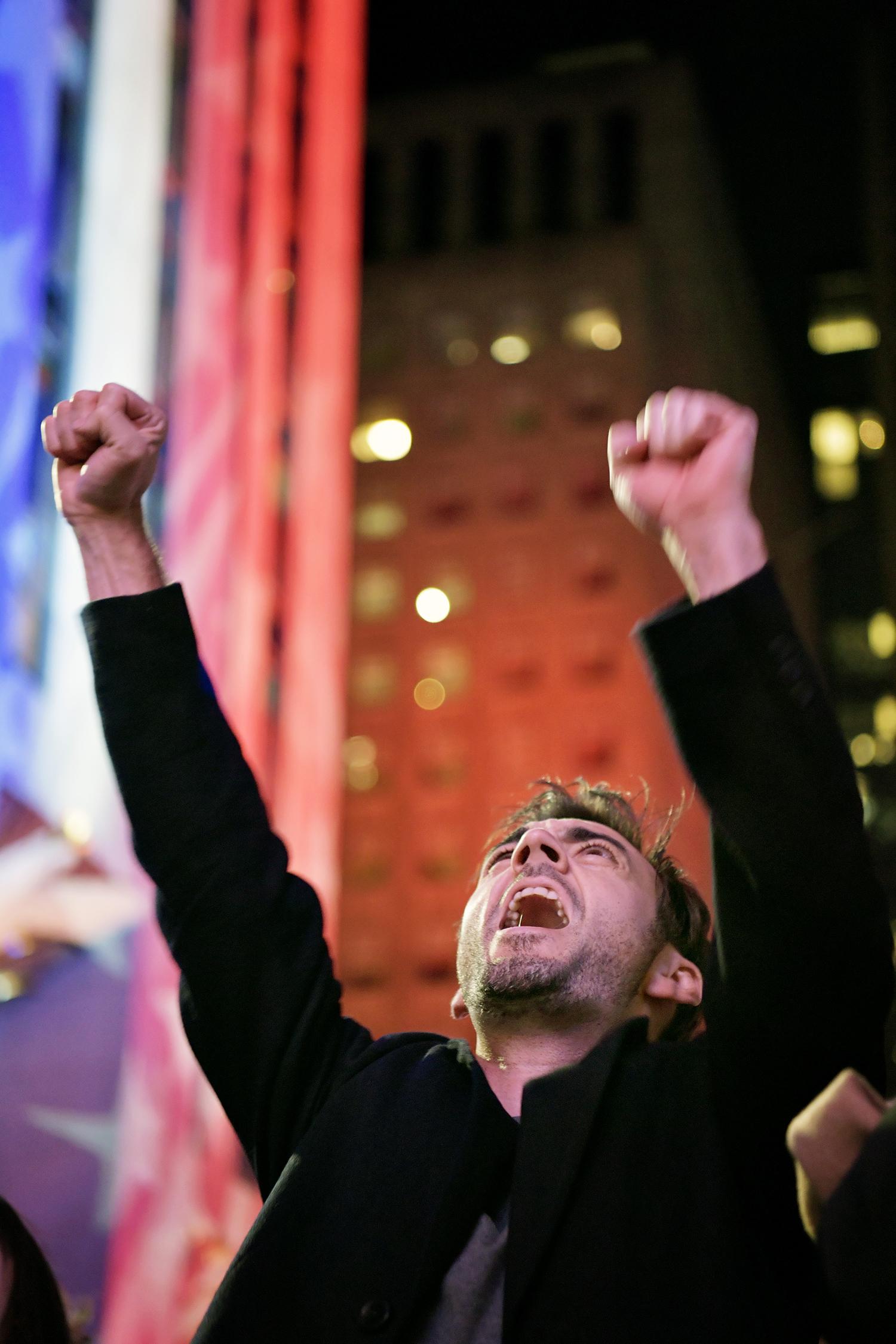 valet i usa. valnatten på times square. glada republikaner väntar på det slutgiltiga resultatet på fox news stora skärm