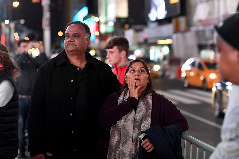 valet i usa. valnatten på times square. chockade människor väntar på det slutgiltiga resultatet på fox news stora skärm