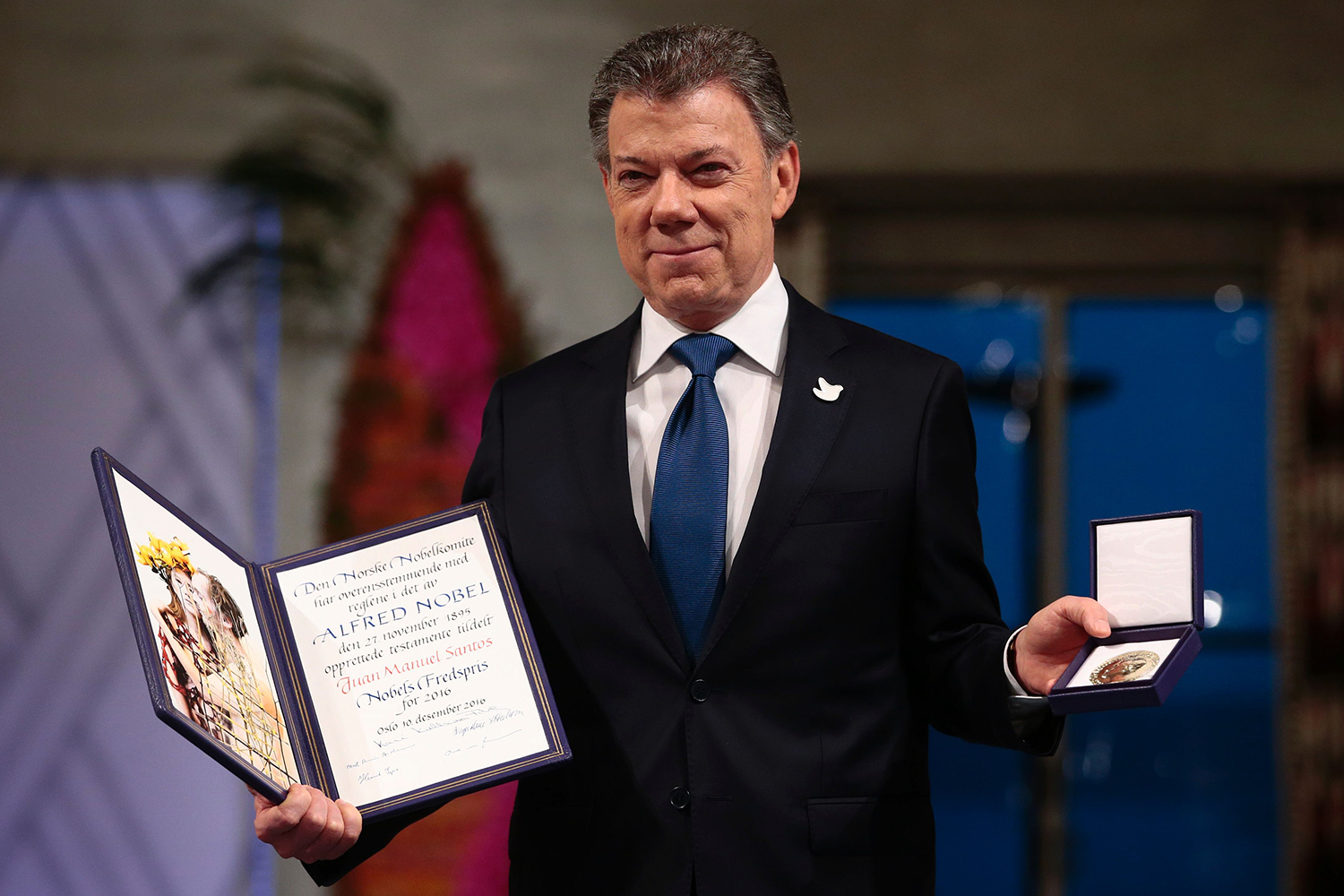 TOPSHOT - Nobel Peace Prize laureate Colombian President Juan Manuel Santos poses with the medal and diploma during the award ceremony of the Nobel Peace Prize on December 10, 2016 in Oslo, Norway. Colombian President Juan Manuel Santos was awarded this year's Nobel Peace Prize for his efforts to bring Colombia's more than 50-year-long civil war to an end. / AFP PHOTO / NTB SCANPIX / Haakon Mosvold Larsen / Norway OUT / TT / kod 444