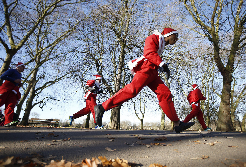 LONDON 2016-12-04 Participants take part in a charity Santa Run in Victoria Park, London, Britain December 4, 2016. REUTERS/Peter Nicholls Photo: / REUTERS / TT / kod 72000