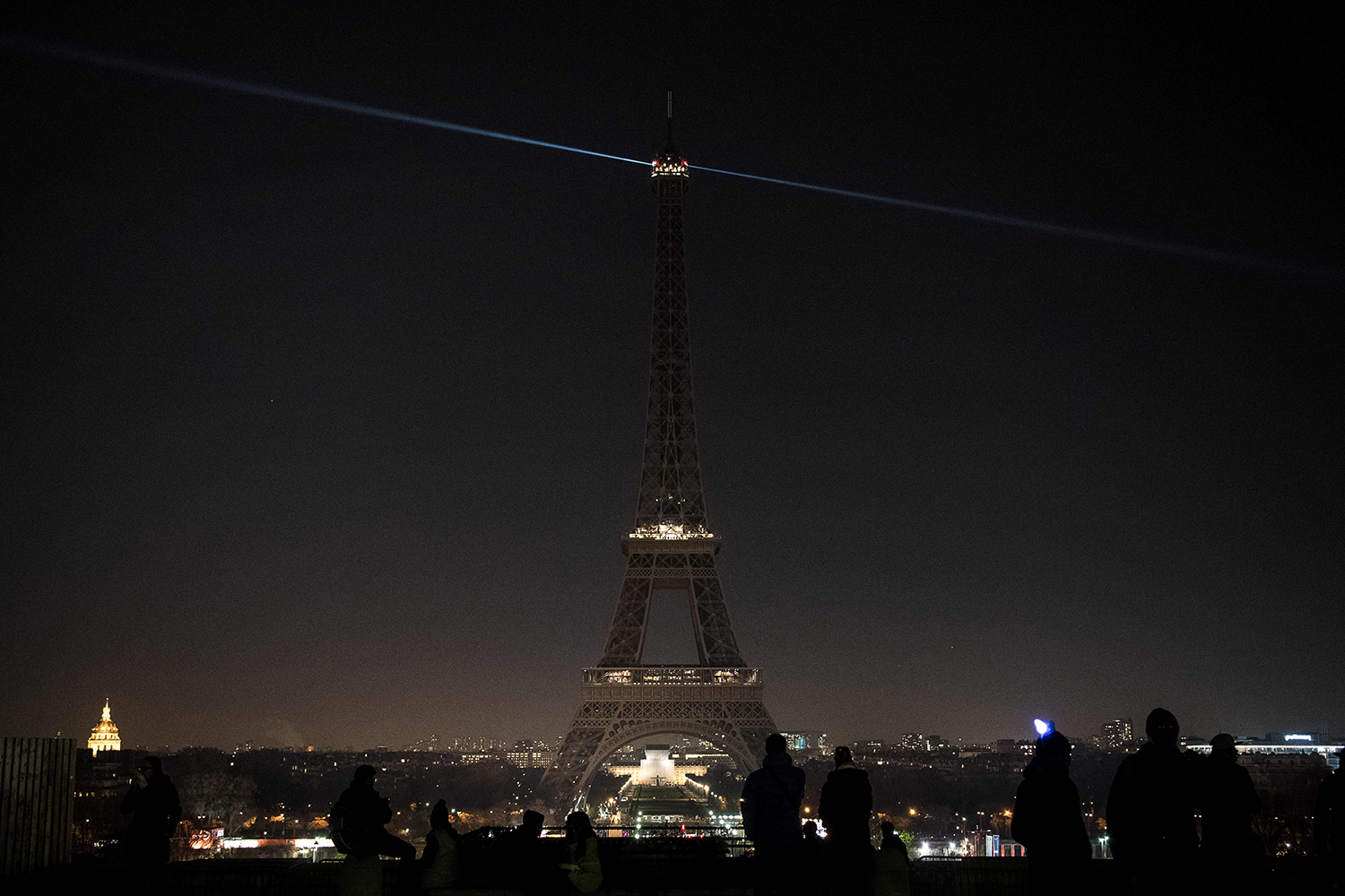 The lights of the Eiffel Tower are exceptionally switched off in Paris, on December 14, 2016, in support of the Syrian city of Aleppo. Shelling and air strikes sent terrified residents running through the streets of Aleppo on December 14, 2016 as diplomats strove to save a deal to evacuate the shrinking rebel-held districts of the city. / AFP PHOTO / PHILIPPE LOPEZ / TT / kod 444