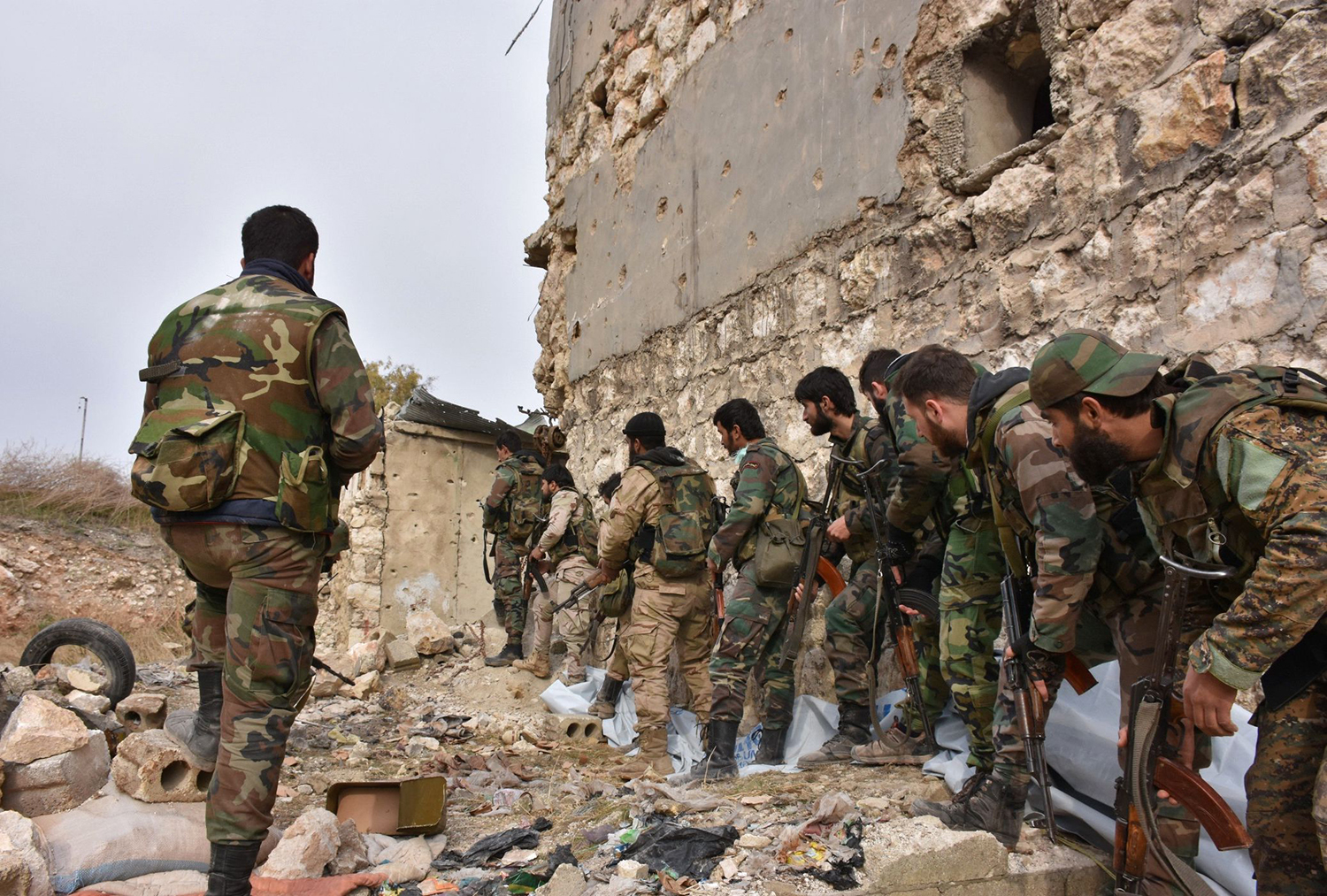 Syrian pro-government troops hold a position in Aleppo's eastern Karm al-Jabal neighborhood as they advance towards al-Shaar neighbourhood on December 5, 2016 during their offensive to retake Syria's second city. The Syrian Observatory for Human Rights said the advances of the Syrian and allied forces left the large Shaar neighbourhood encircled by government forces and in danger of falling from rebel control. With the capture of Shaar, the army would hold 70 percent of east Aleppo, four years after rebels first seized it. / AFP PHOTO / GEORGE OURFALIAN / TT / kod 444