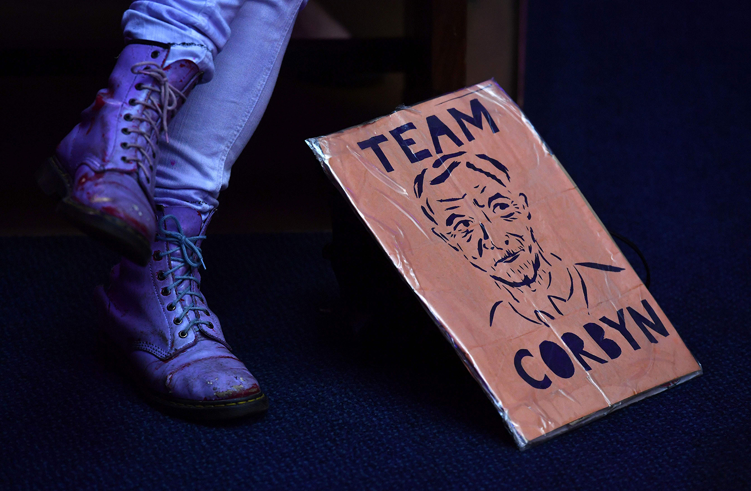 TOPSHOT - A woman with a placard in support of Britain's opposition Labour party leader Jeremy Corbyn listens to hims speak at a rally for the National Health Service (NHS) in London on December 15, 2016. / AFP PHOTO / Ben STANSALL / TT / kod 444