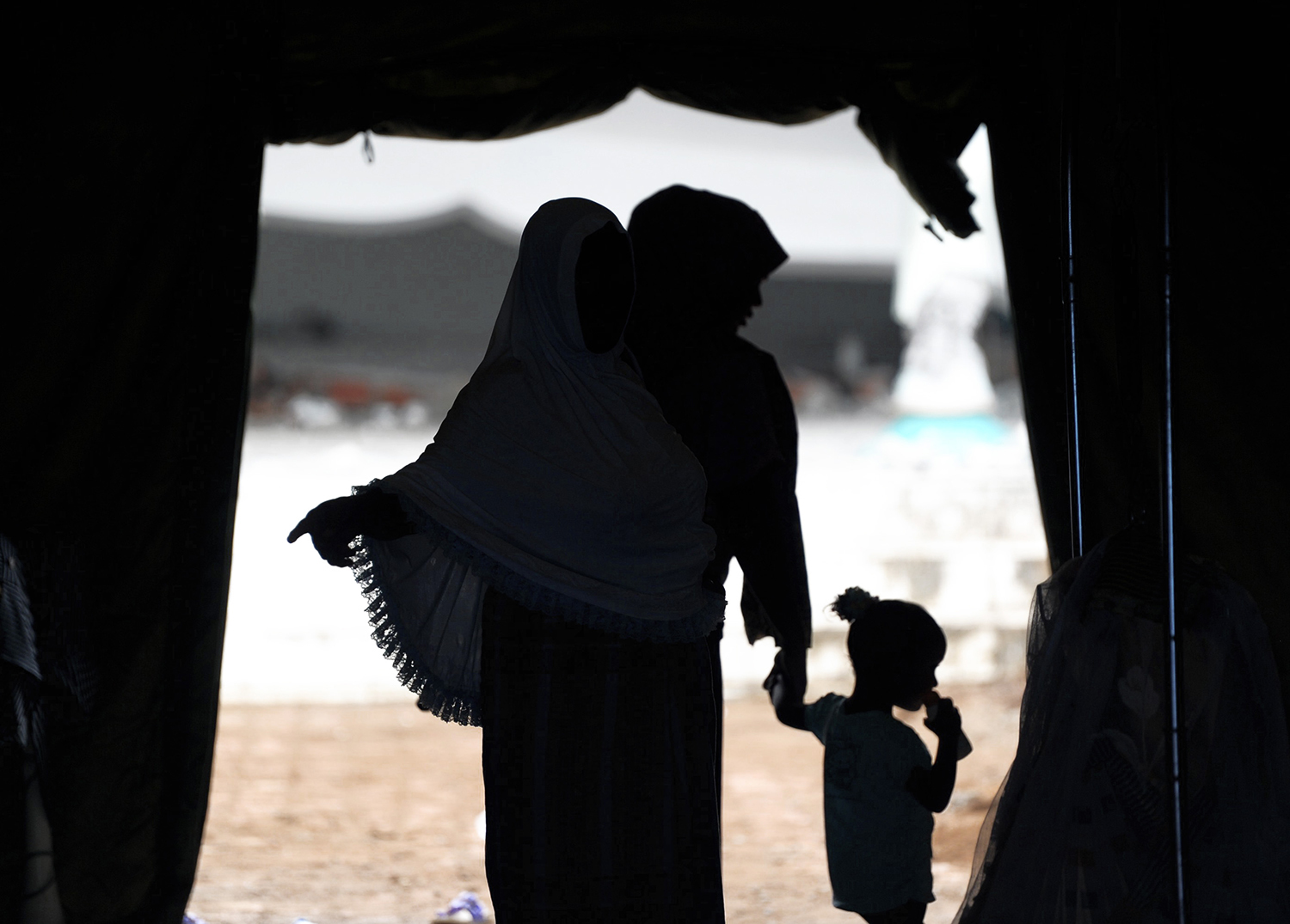 TOPSHOT - A family, survivors of the magnitude 6.4 earthquake, walk through the entrance of refugee's tent in Pidie Jaya, Aceh province, on December 9, 2016. Every house in the village was flattened when a 6.5-magnitude quake tore through Aceh province in Indonesia's west, killing more than 100 people. / AFP PHOTO / CHAIDEER MAHYUDDIN / TT / kod 444