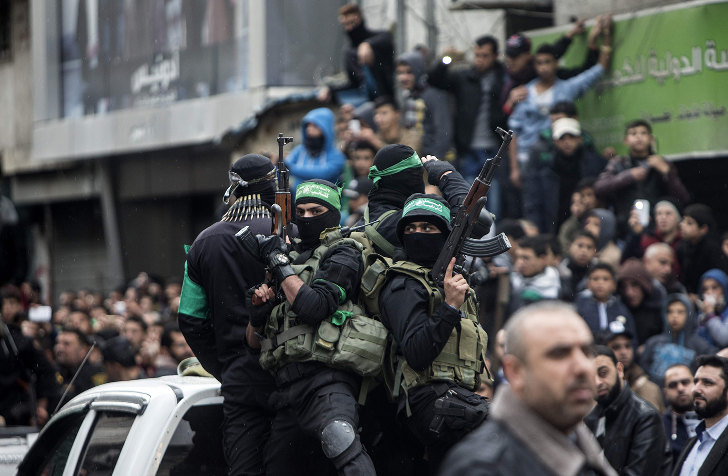 TOPSHOT - Members of the Ezzedine al-Qassam Brigades, the military wing of the Palestinian Islamist movement Hamas, take part in a rally marking the 29th anniversary of the creation of the Hamas movement on December 14, 2016 in Gaza City. / AFP PHOTO / MAHMUD HAMS / TT / kod 444