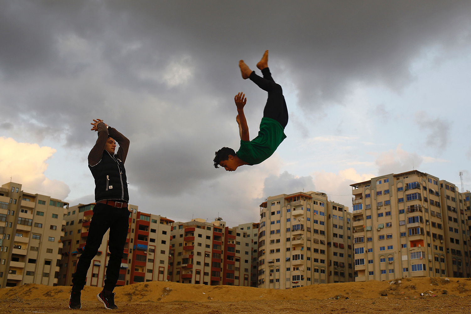 TOPSHOT - Palestinian youths from Gaza's Free Parkour team, practice their Parkour skills in Gaza City on December 16, 2016. / AFP PHOTO / MOHAMMED ABED / TT / kod 444